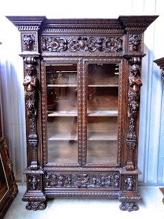 Очень красивый антикварный резной шкаф. ок.1850 г. 160/55/235 см.