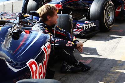 Себастьян Феттель прячется за болидом Red Bull на Гран-при Бразилии 2011