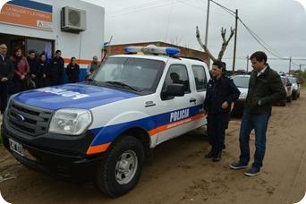 la titular de la comisaría, Maite Roldán, recibió el nuevo vehículo