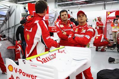 Фелипе Масса со своими механиками в боксах Ferrari на Гран-при Кореи 2011