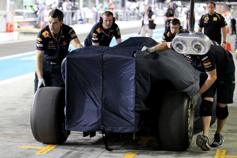 механики Red Bull толкают болид Себастьяна Феттеля по пит-лену на Гран-при Абу-Даби 2011