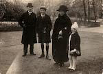 Jacobus Serné (1855-1947) zijn vrouw Maria Petronella Teunisse (1856-1936) en twee van hun kleinkinderen, Wim (de oudere jongen op de foto) en Jan (circa 1930)