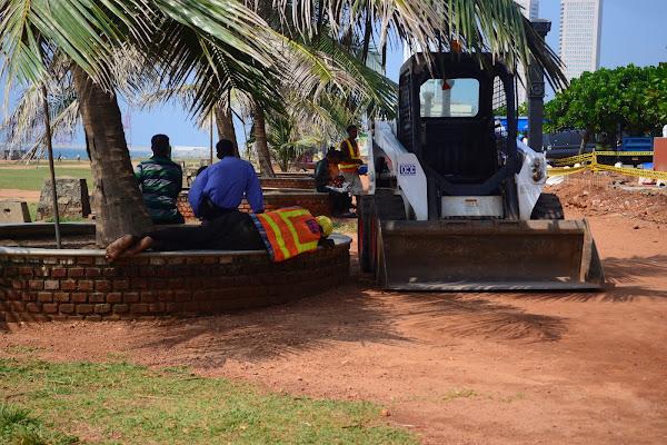 Рабочий отдыхает. Обед. Коломбо, Шри Ланка