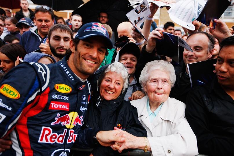 Марк Уэббер фотографируется с болельщиками на Red Bull Speed Jam в Кардифф Бэй 3 сентября 2011