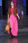 Falda larga fucsia acompañado con chaqueta de cuero corto y botas al tono. Gentileza: Express News