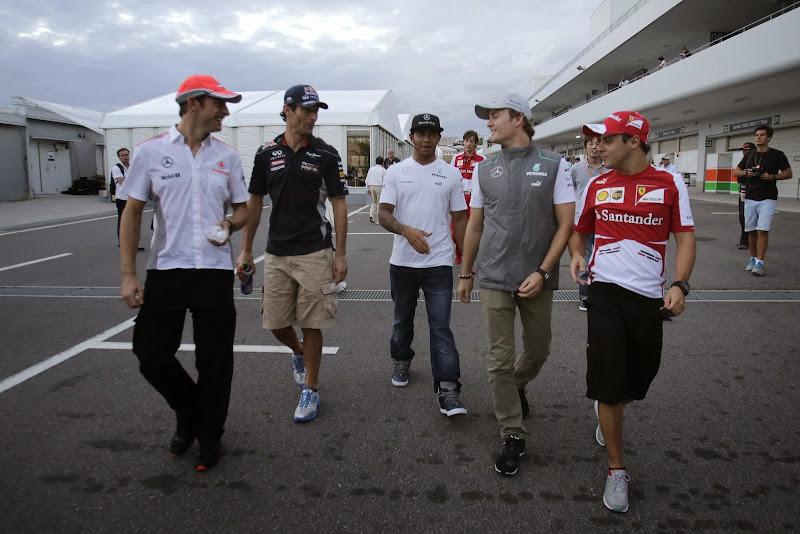 пилоты идут по паддоку Сузуки на Гран-при Японии 2013