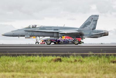Даниэль Риккардо бок о бок с истребителем F/A-18 Хорнет на базе в Ист-Сейл 12 марта 2014
