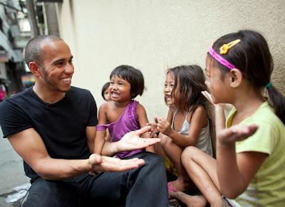 Льюис Хэмилтон с уличными детьми в Маниле - март 2012