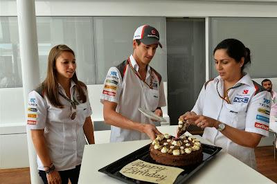 Мониша Кальтенборн накладывает тортик Адриану Сутилю на Гран-при Испании 2014