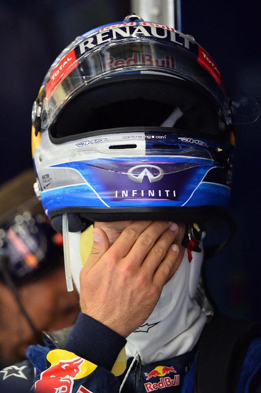 Себастьян Феттель фэйспалмит со шлемом на голове на Гран-при Бельгии 2013