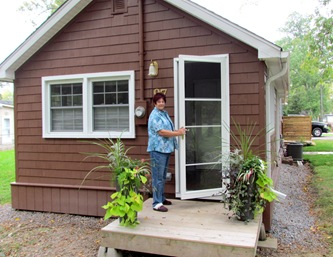 1509075 Sep 28 Barb Opening New Screen Door At Front