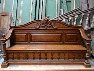Большой диван с резной спинкой. 19-й век.