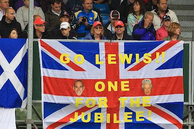 болельщики Льюиса Хэмилтона на трибунах Сильверстоуна на Гран-при Великобритании 2012 - Go Lewis one for the Jubilee
