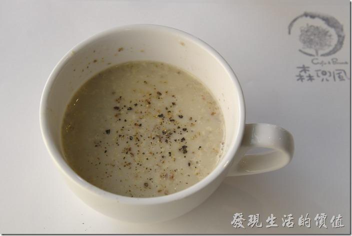台南-森兜風早午餐。今天的湯品蘑菇濃湯,自己加了胡椒粉提味,這湯越喝越好喝,蘑菇的滋味似乎經由一次一次的口感慢慢的堆疊在舌尖及喉嚨。