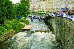 S lázeňstvím samozřejmě souvisí i kultura a sport. V Karlových Varech je k dispozici několik divadelních scén a kinosálů. Z pravidelných kulturních akcí můžetenavštívit např. mezinárodní filmový festival s jeho nezapomenutelnou atmosférou, konaný každoročně na začátku července, sjezd peřejemi řeky Teplé, nazvaný KanoeMattoni, pořádaný v červnu, v rámci kterého zdarma např. koncertují známé hudební kapely, nebo koňské dostihy konané vždy v neděli v jarních a letních měsících roku.