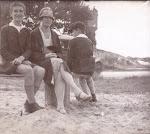 Fred en Pieter Leonardus Serné en hun moeder (ca. 1930)