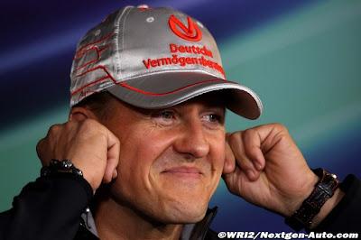 Михаэль Шумахер затыкает уши на пресс-конференции Нюрбургринга на Гран-при Германии 2011 в четверг