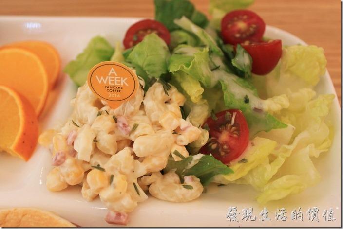 台南-A Week-Pacake-Coffee早午餐。【早安,A WEEK】的沙拉旁還有空心義大利麵煮熟後冰鎮再與火腿混合著玉米粒佐以沙拉醬的冷盤點心,讓人吃得到廚師的用心。