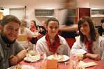 Jordan, Verena und Anna genießen den Apfelkuchen als Nachspeise