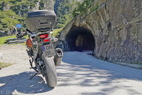 Vom Bäzberg wieder hinunter in die Schöllenenschlucht. Noch durch diesen kurzen Tunnel, dann ist  die Militästraße zu Ende und die Straße durch die Schlucht wieder erreicht.
