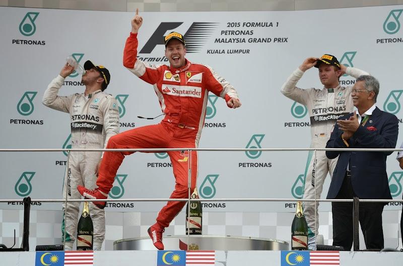 победный прыжок Себастьяна Феттеля на подиуме Гран-при Малайзии 2015