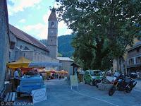 Der Ort Colmars. Markttag bei der Kirche Saint-Martin an der Ringmauer der Festungsanlage.