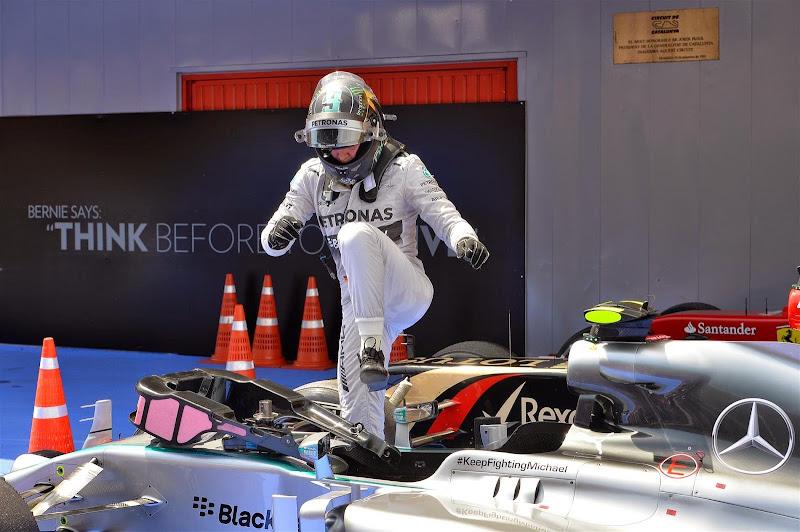 Нико Росберг вылазит из болида Mercedes после квалификации на Гран-при Испании 2014