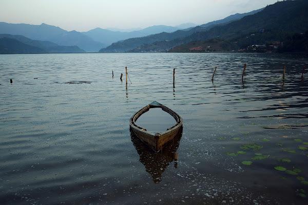 озеро фева покхара непал лодка