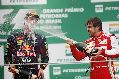 Марк Уэббер под шампанским Фернандо Алонсо на подиуме Гран-при Бразилии 2013