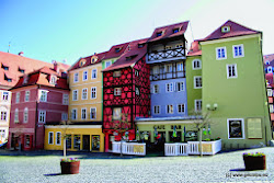 CHEB (městská památková rezervace) - 32 893 obyvatelMěsto vzniklo na místě slovanského hradiště už v 9. století u obchodní cestyvedoucí podél řeky Ohře. Statut města mělo už před rokem 1197, poté bylosvobodným říšským městem a před rokem 1723 se uvádělo jako svobodnékrálovské město. Ve spisech v latině se nazývalo civitas Egrensis. Město bylotrvale připojeno k zemím koruny české roku 1322 Janem Lucemburským. Chebbyl významným městem, za místo konání diplomatických jednání a slavnostísi jej několikrát vybral např. český král Jiří z Poděbrad. 25. února 1634 bylv dnešním Městském domě na náměstí zavražděn generalissimus císařskýchvojsk Albrecht z Valdštejna. Po konci třicetileté války však město ztrácelona významu. V 17. století bylo mnoho budov i hrad přestavěno v baroknímslohu. 19. století znamená nástup manufakturní a tovární výroby a nejendíky železnici se stává významným o