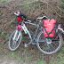 Hanny's fiets met van karton geknutselde spatborden.