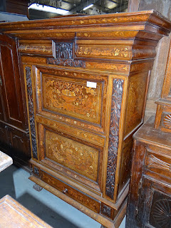 Шкаф с двумя дверками XIX век. Украшен маркетри. 120/58/190 см. 5900 евро.