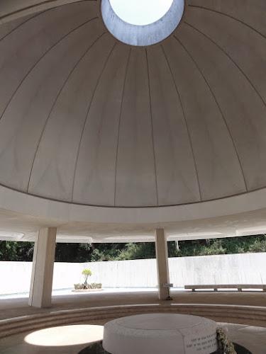 Inne i en stor kuppel som slipper lyset ned på gulvet.