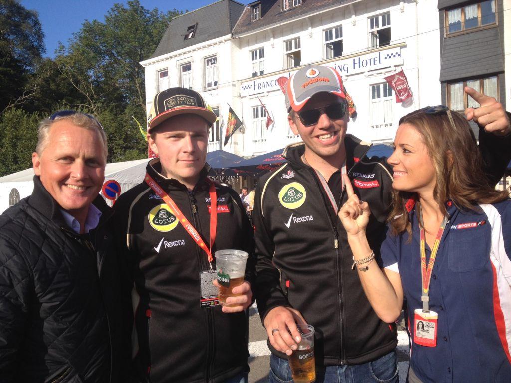 Кими Райкконен со стаканом пива на Гран-при Бельгии 2012
