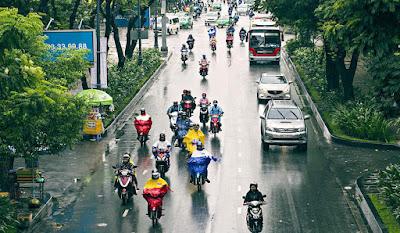 Tips Aman Berkendara Sepeda Motor Saat Kondisi Hujan