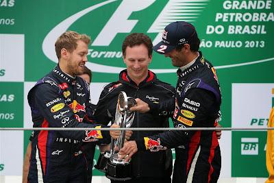 Кристиан Хорнер со своими пилотами Себастьяном Феттелем и Марком Уэббером с кубками на подиуме Гран-при Бразилии 2013