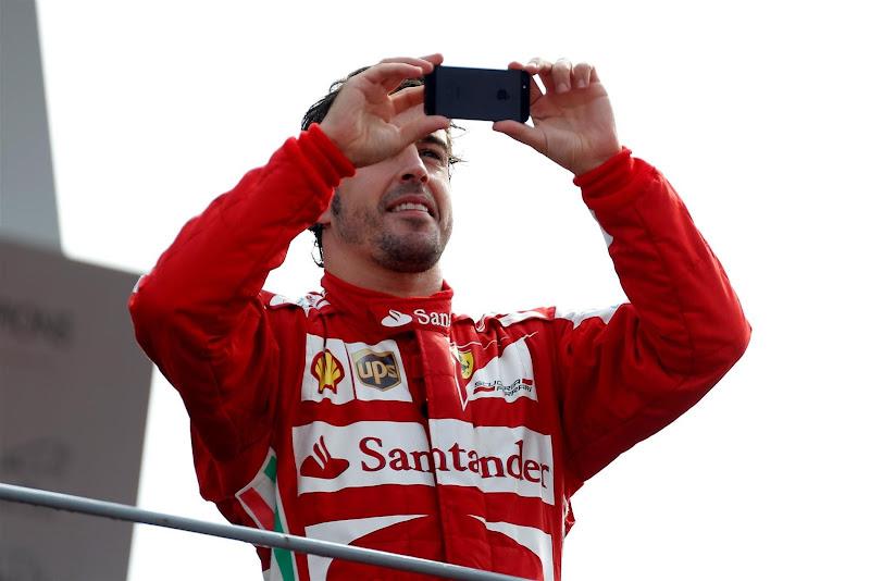 Фернандо Алонсо фотографирует болельщиков Монцы с подиума Гран-при Италии 2013