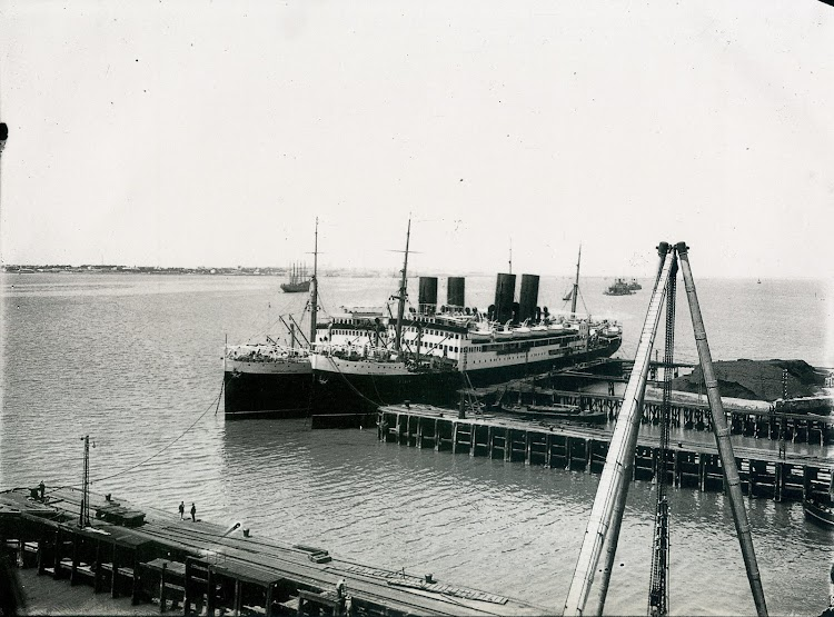 El MARQUES DE COMILLAS y el MAGALLANES en fitting-out. Matagorda. Del libro.jpg