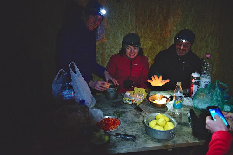 Pregatirile pentru tura gourmet, eu am fost responsabil pentru mancarea de cartofi.