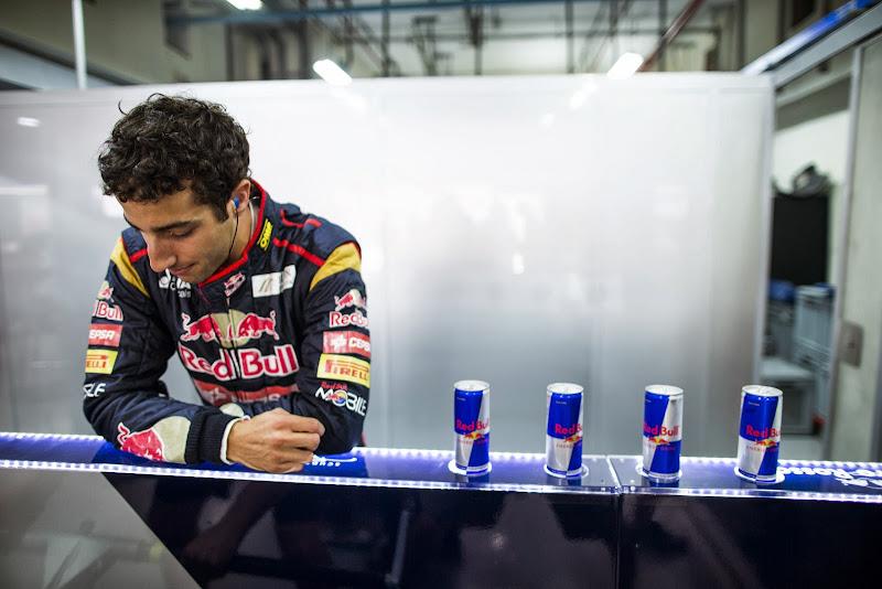 Даниэль Риккардо и банки Red Bull на Гран-при Индии 2013