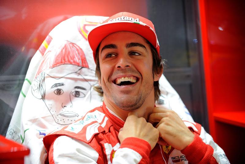 Фернандо Алонсо и его нарисованный персонаж за спиной на Гран-при Японии 2013