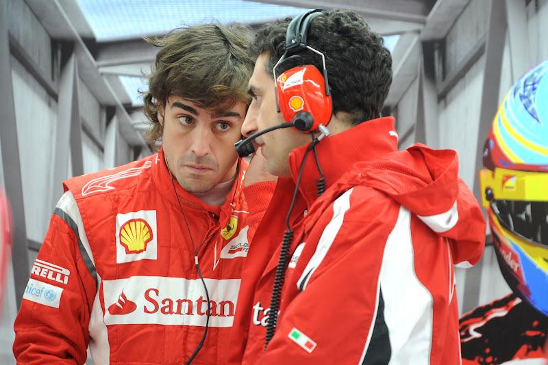 Фернандо Алонсо смотрит с надеждой на Андреа Стеллу на Гран-при Кореи 2011