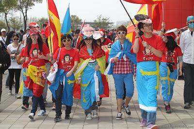 болельщики Фернандо Алонсо идут по паддоку Гран-при Китая 2012