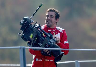 Фернандо Алонсо на подиуме Монцы с телевизионной камерой на Гран-при Италии 2012