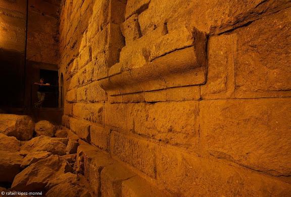 Fragment del mur exterior del témenos, el recinte de culte imperial de Tàrraco, aprofitat per construir el claustre de la catedral de Tarragona, l'arqueòloga responsable de les excavacions, Imma Teixell,Tarragona, Tarragonès, Tarragona