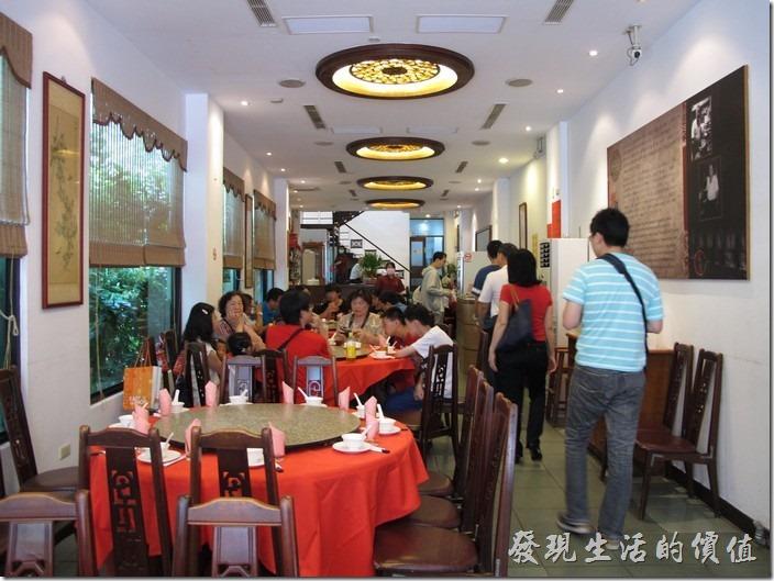 阿美飯店餐廳內的景象,長條形的腹地。