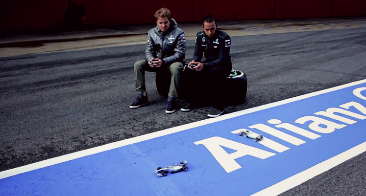 Нико Росберг и Льюис Хэмилтон играю в радиоуправляемые машинки на съемках для Allianz перед Гран-при Австралии 2013