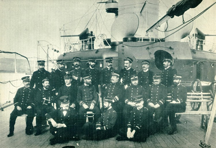Comandante y Oficiales del buque. Obsérvese la torre sin su cañón. De la revista El Mundo Naval Ilustrado. Año 1898.JPG