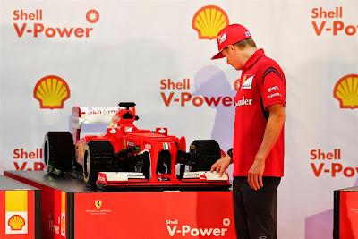Кими Райкконен и болид Ferrari из лего на Гран-при Сингапура 2014