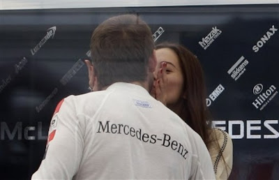 Дженсон Баттон и Джессика Мичибата целуются на Гран-при Японии 2011